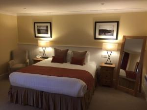 A bed or beds in a room at Cameron Club Two Bedroom Golf View Mansion House Apartment L109