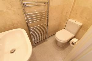A bathroom at Gloucester Street Studios