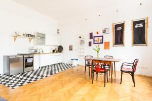A kitchen or kitchenette at 3 Bros' Apart