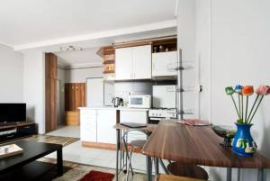 A kitchen or kitchenette at Sultanroof Apartment