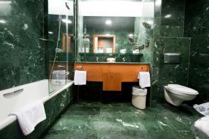 A bathroom at Apartamentos Gran Lakua