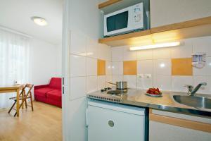 Kuchyň nebo kuchyňský kout v ubytování Séjours & Affaires Paris-Nanterre