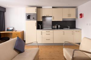 A kitchen or kitchenette at Roomzzz Leeds City West