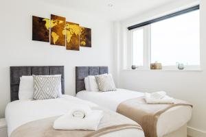 A bed or beds in a room at Greenwich Apartments