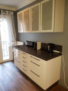 A kitchen or kitchenette at Appartement au coeur du village