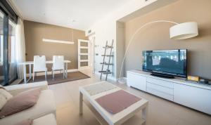 A television and/or entertainment center at Apartment Long Beach Tarragona