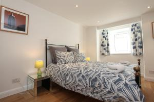 A bed or beds in a room at Fabulous East Finchley