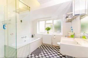 A bathroom at Islington Central London