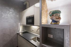 A kitchen or kitchenette at Luxury Apartment piazza Navona