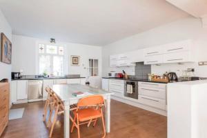 A kitchen or kitchenette at 2BD Victorian Conversion with Garden