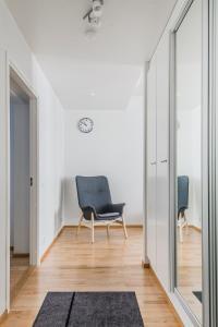 Ein Sitzbereich in der Unterkunft Helsinki South Central Apartment Lönnrot