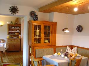 A restaurant or other place to eat at Haus Amberger
