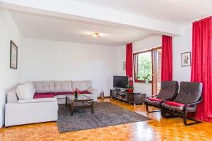 A seating area at Holiday Home Mirela