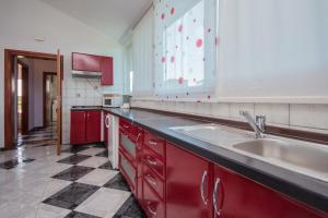 A kitchen or kitchenette at Apartments Oaza Mira