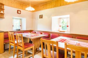 A restaurant or other place to eat at Ferienhaus Unterblasbichl