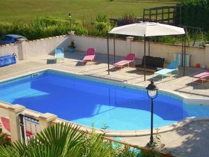 Vue sur la piscine de l'établissement Gite le Cocon ou sur une piscine à proximité