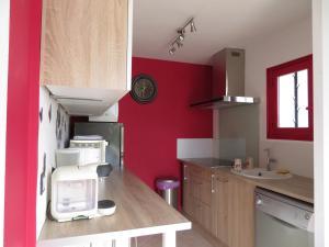 Cuisine ou kitchenette dans l'établissement Lavandine De Mary