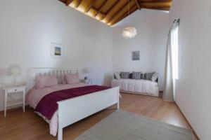 A bed or beds in a room at Casa das Castanhas