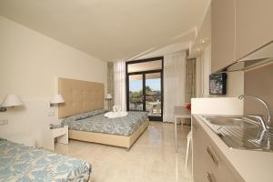 A kitchen or kitchenette at Hotel Residence Holiday