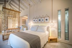 A bed or beds in a room at Emerald Villas