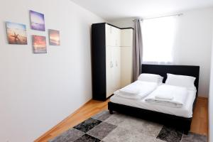A bed or beds in a room at Amici Apartments Prater
