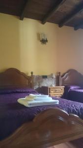 A bed or beds in a room at Apartamentos Rurales Vega de Llan