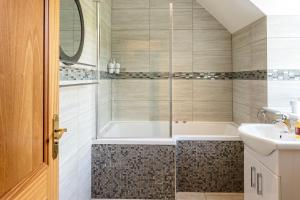 A bathroom at Braemore Square Self Catering Apartments