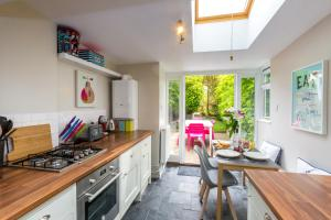 A kitchen or kitchenette at Sleepers Cottage