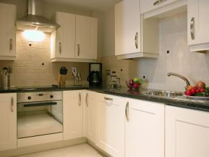 A kitchen or kitchenette at Liberty Wharf Apartments by BridgeStreet