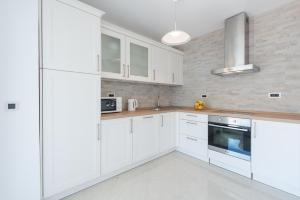 A kitchen or kitchenette at Apartment Maro Bayview