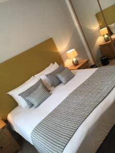 A bed or beds in a room at Inverness City Suites