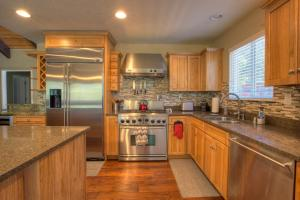 A kitchen or kitchenette at Heavenly Chateau South Lake Tahoe