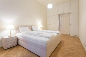 A bed or beds in a room at Central 145sqm-Apartment