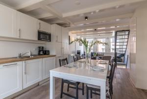 A kitchen or kitchenette at Old Town 2 Apartment