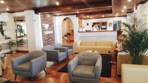 The lounge or bar area at Aparthotel Calema Avenida Jardim