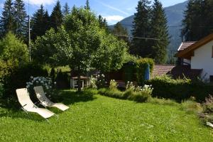 A garden outside Ferienhaus Heidi