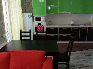 Кухня или мини-кухня в Apartment Revolutsionnaya 68-54