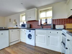 A kitchen or kitchenette at Bull