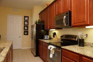 A kitchen or kitchenette at Shoreway Condo #231534
