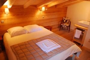 A bed or beds in a room at CHALET DE L'ARMANAZ
