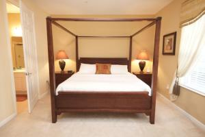 A bed or beds in a room at Cayview House #231539
