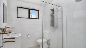 A bathroom at Apartment Pacific Hwy Crows Nest SANT4