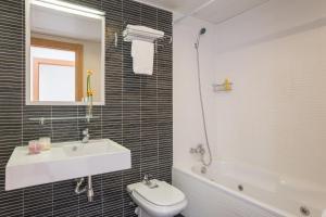A bathroom at Pierre & Vacances Torredembarra