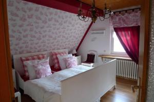 A bed or beds in a room at Ferienwohnung Geiernest