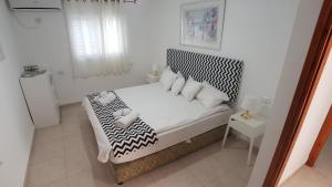 A bed or beds in a room at Hili Apartments