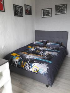 A bed or beds in a room at Studio Balsan