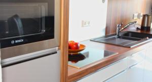 A kitchen or kitchenette at Komfort-Ferienhaus Meerhaus