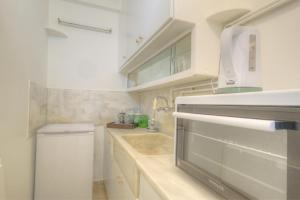 A kitchen or kitchenette at Syntagma cozy apartment
