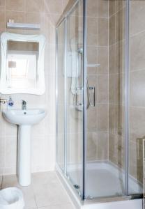 A bathroom at Cois na hAbhainn