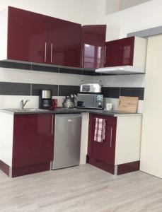 A kitchen or kitchenette at Appartement T1 place de la Victoire